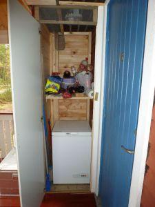 Kühltruhe im überdachten Eingangsbereich