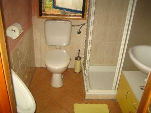 Bad mit Dusche, Urinal,WC und Waschbecken