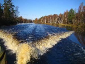 Der Vanan (Fluss durch Venjan) in unserem Kielwasser